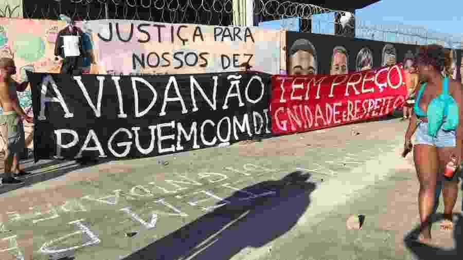 Torcedores do Flamengo colocam faixa de protesto sobre postura de diretoria em relação ao caso Ninho do Urubu - Bruno Braz / UOL
