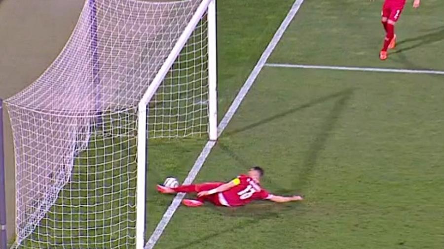 Mitrovic, zagueiro da Sérvia, dá carrinho para tirar gol de Cristiano Ronaldo por Portugal nas Eliminatórias - Reprodução/TNT Sports