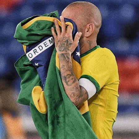 Daniel Alves segura bandeira do Brasil durante partida da seleção brasileira - Reprodução/Instagram