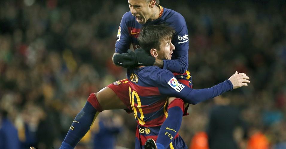 Lionel Messi comemora com Neymar após marcar lindo gol de falta que decretou a virada do Barcelona sobre o Espanyol pela Copa do Rei