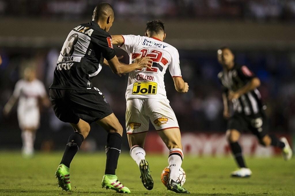 Calleri é marcado de perto por Leonardo Silva no duelo entre São Paulo e Atlético-MG na Libertadores
