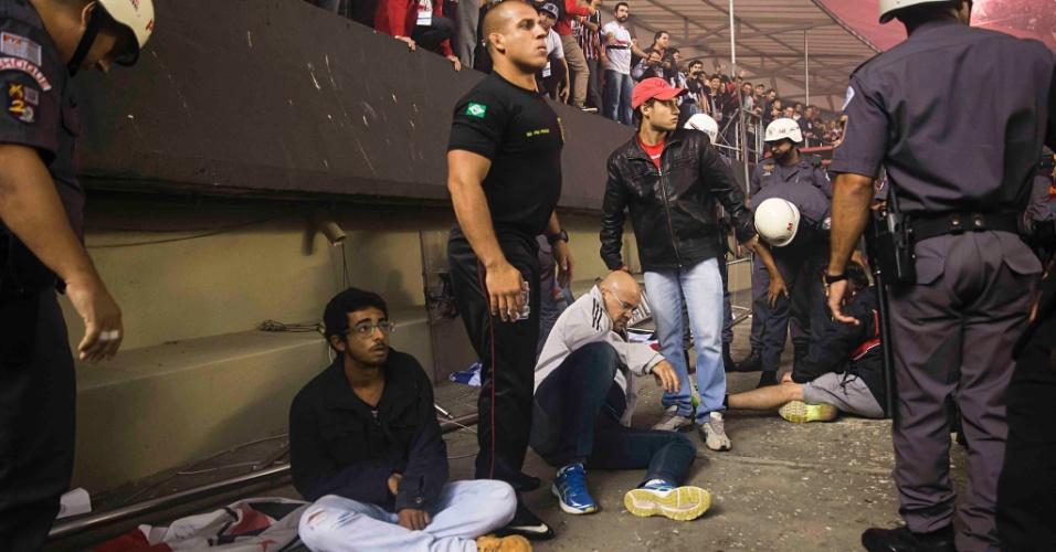 Torcedores do São Paulo caem após grade do Morumbi ceder