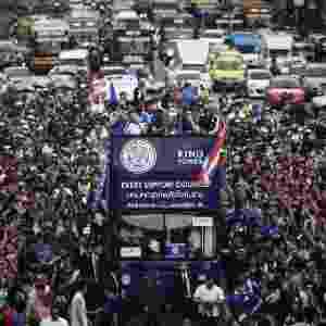 Jogadores do Leicester desfilam pela cidade de Bangkok, na Tailândia - LILLIAN SUWANRUMPHA/AFP