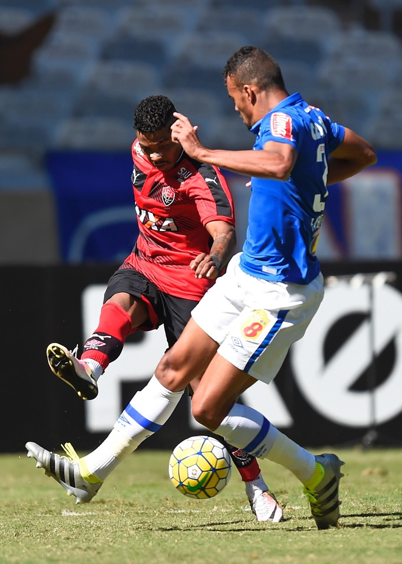 Marinho tenta o chute na partida entre Vitória e Cruzeiro