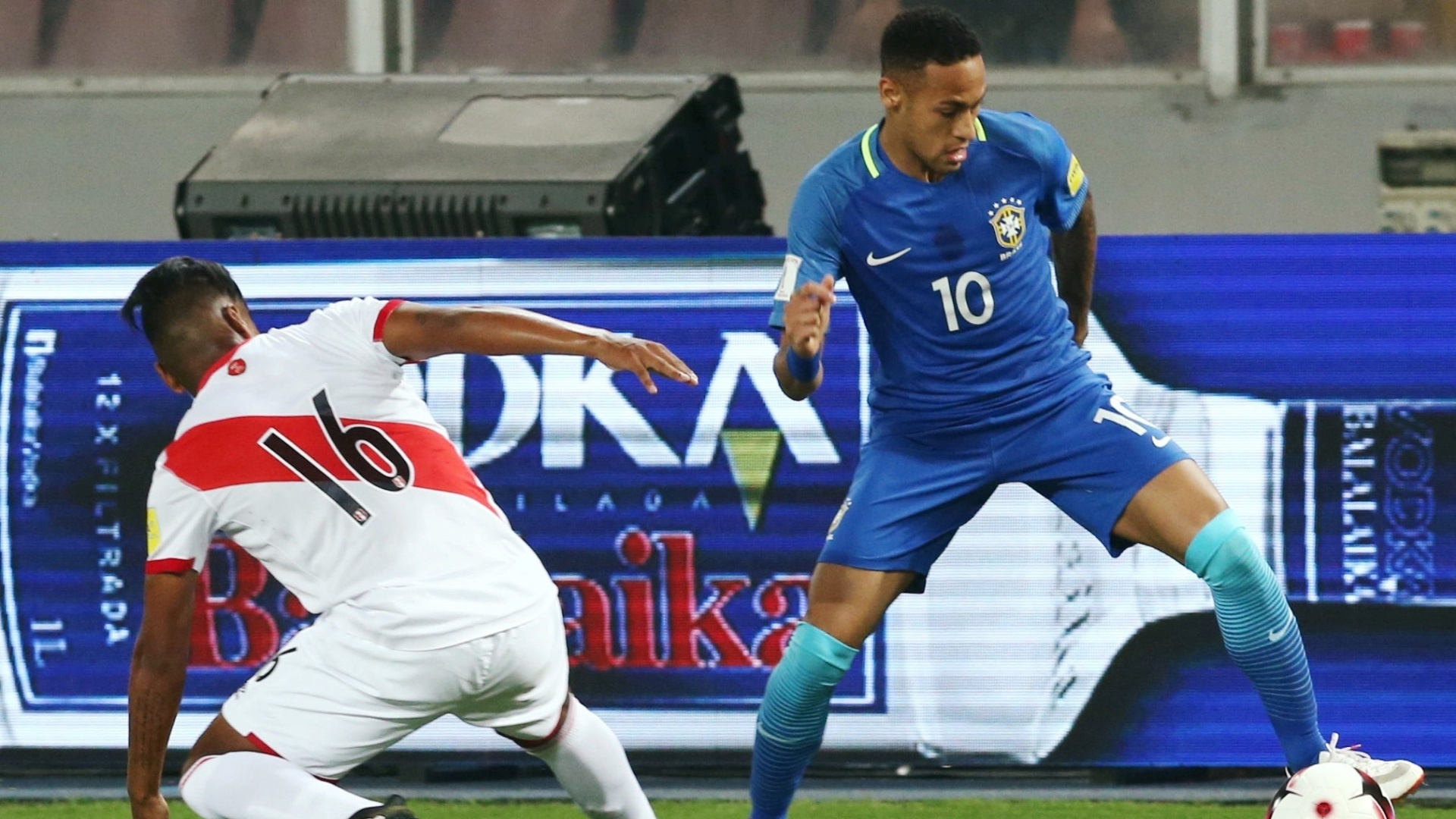 Neymar tenta escapar de Pedro Aquino