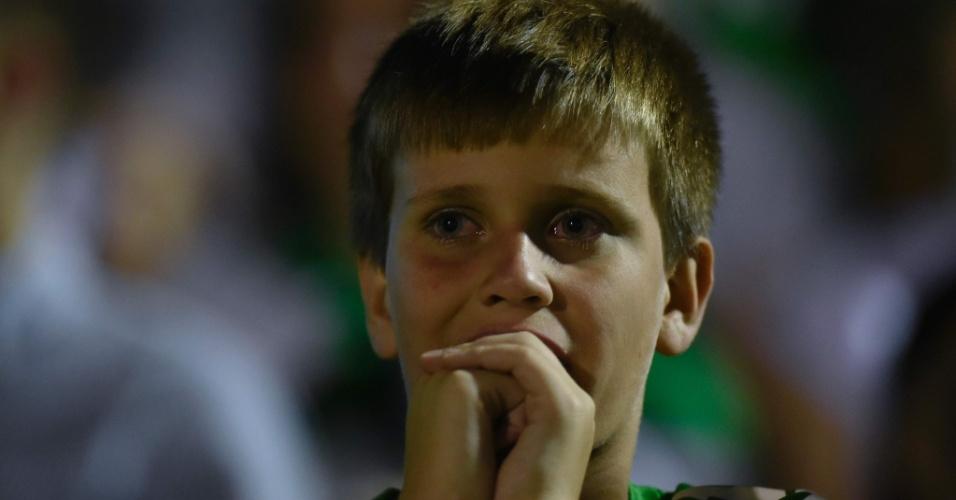 Torcedor se emociona durante homenagem aos mortos na Colômbia, na Arena Condá