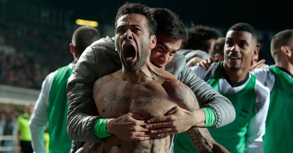 Daniel Alves comemora após gol marcado pelo Juventus contra o Atalanta pelo Italiano