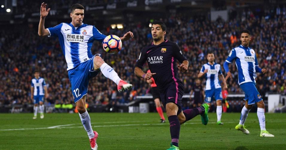 Suárez divide a bola em partida do Barcelona contra o Espanyol