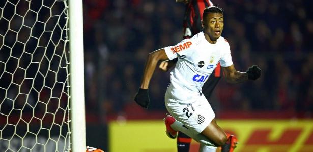 Goleiro Weverton sofreu um frango e cedeu o segundo gol do Santos na partida