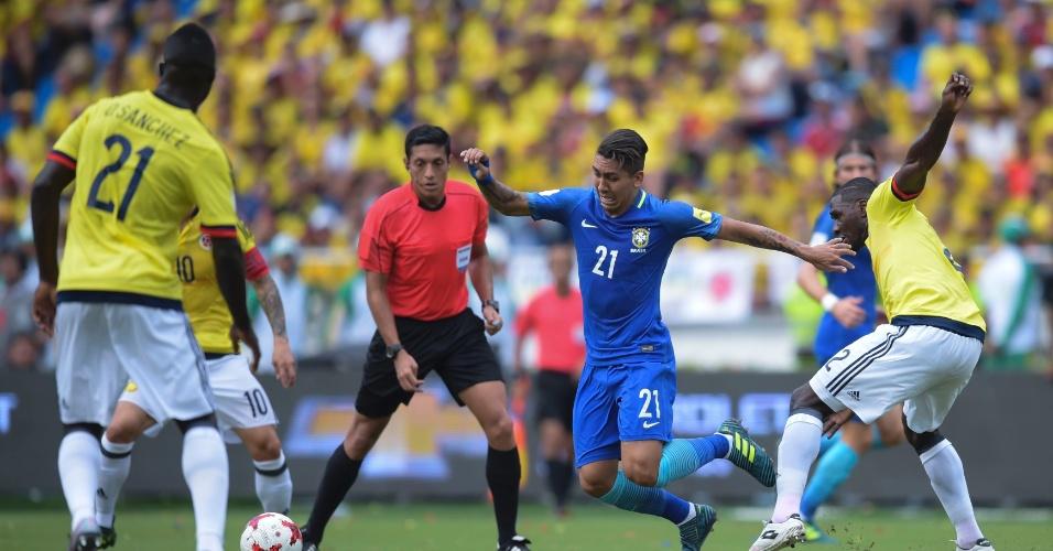 Roberto Firmino sofre com a marcação em Colômbia x Brasil pelas Eliminatórias