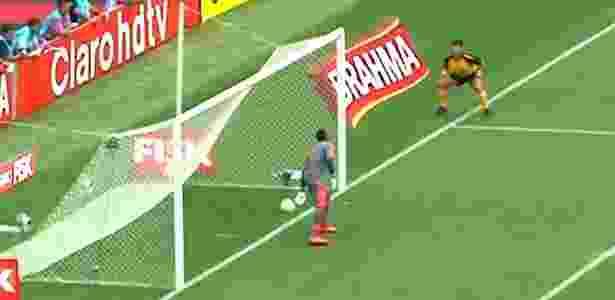 Castanheira (amarelo) no polêmico lance em 2014: bola entrou 33 centímetros - Reprodução Sportv - Reprodução Sportv