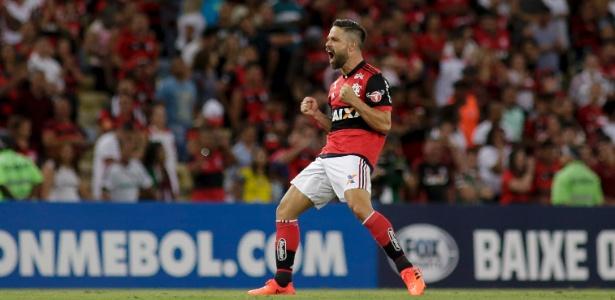 Diego fez o primeiro dos três gols que garantiram a classificação do Flamengo na Sul-Americana