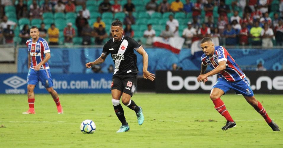Caio Monteiro tenta fugir da marcação durante Bahia x Vasco na Copa do Brasil