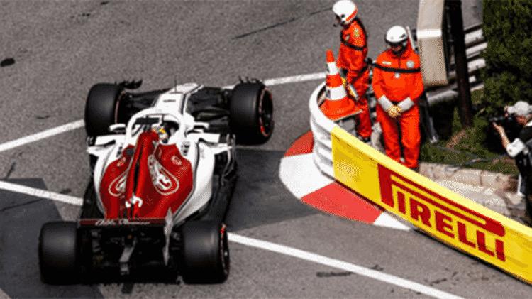 Carro passa perto de fiscais no GP de Mônaco - Getty Images - Getty Images