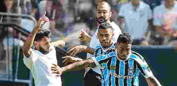 Juninho Capixaba e Marinho disputam lance durante amistoso Corinthians x Grêmio - Lucas Uebel/Grêmio