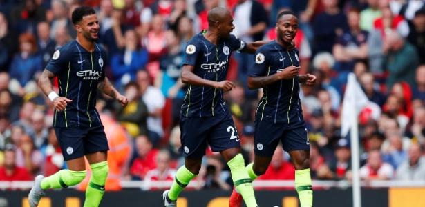 Sterling (à direita) comemora gol do Manchester City - REUTERS/Eddie Keogh