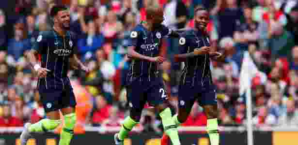 Sterling (à direita) comemora gol do Manchester City - REUTERS/Eddie Keogh