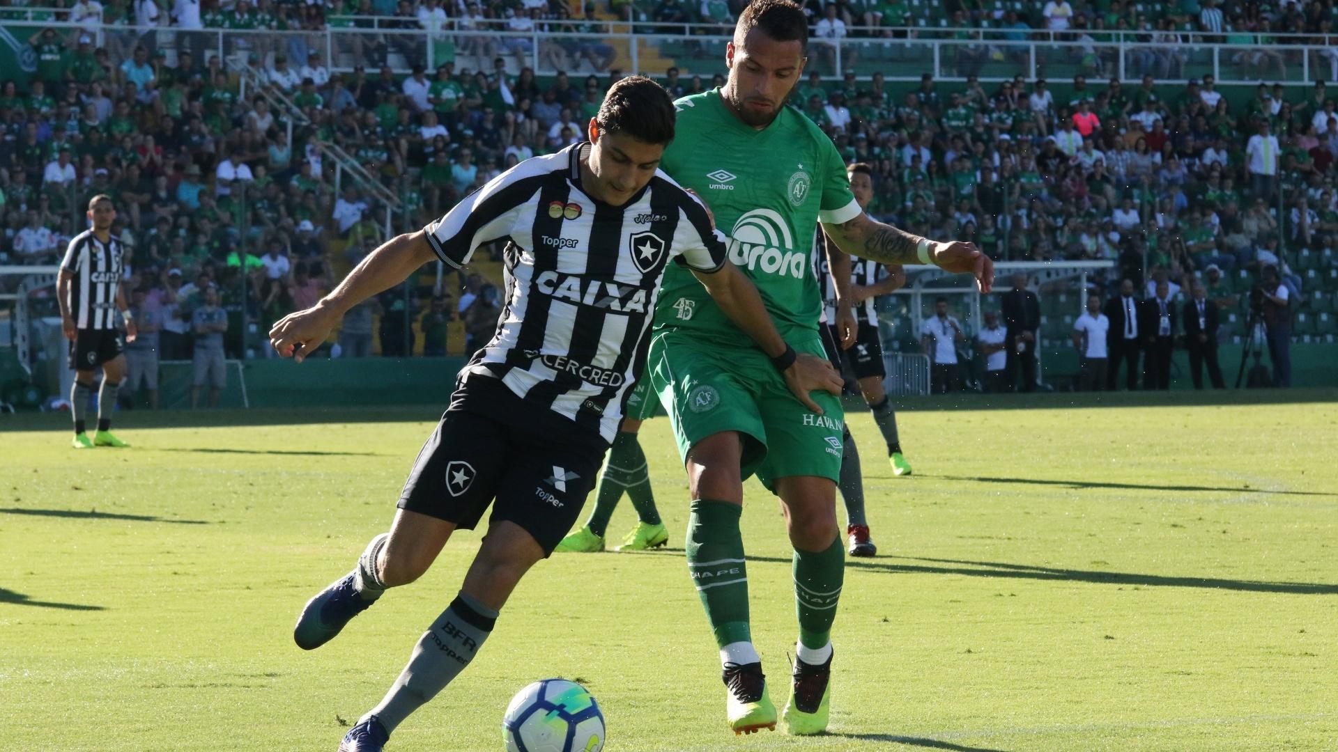 Canteros e Marcinho disputam bola durante duelo entre Botafogo e Chapecoense