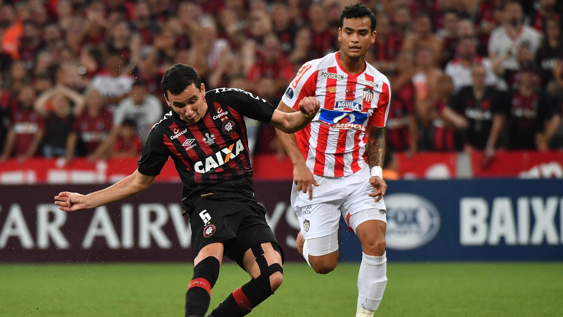 Pablo finaliza e marca para o Atlético-PR contra o Junior de Barranquilla
