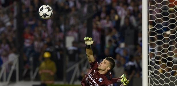 Goleiro Tiago Volpi realiza defesa durante passagem pelo futebol mexicano - Divulgação/Querétaro