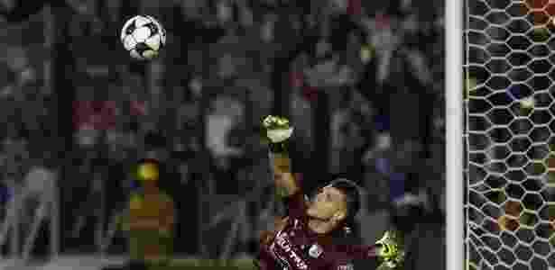 Tiago Volpi pelo Querétaro em ação durante disputa de pênaltis - Divulgação/Querétaro