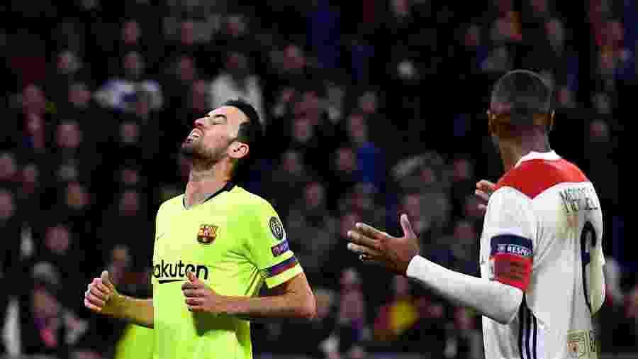 Sergio Busquets lamenta em campo na partida Lyon x Barcelona pela Liga dos Campeões - Jeff Pachoud/AFP