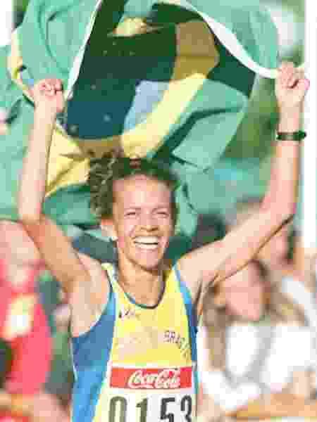 Carmen de Oliveira comemora a vitória na final feminina dos 10 mil metros no Pan-Americano de 1995 em Mar del Plata - AFP