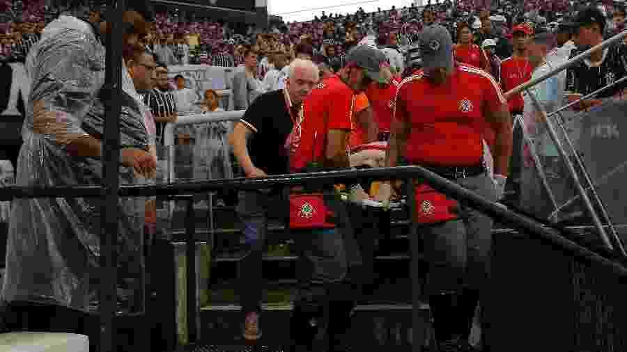 Diego Silva é resgatado das arquibancadas da Arena Corinthians por socorristas - Daniel Vorley/Agif