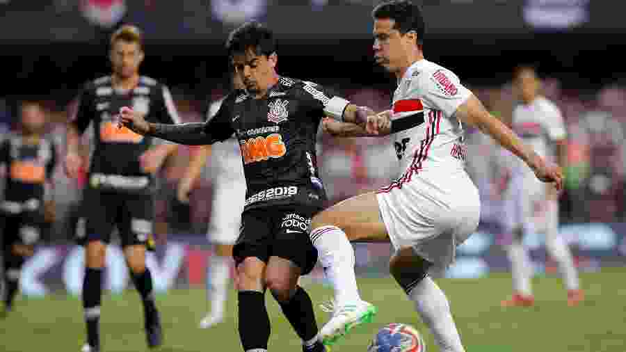 Hernanes, do Sao Paulo, disputa lance com Fagner, do Corinthians, durante partida pelo campeonato Paulista 2019 - Daniel Vorley/AGIF