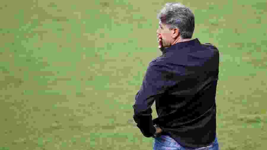 Renato Gaúcho observa o Grêmio durante derrota para o Fluminense - Pedro H. Tesch/AGIF