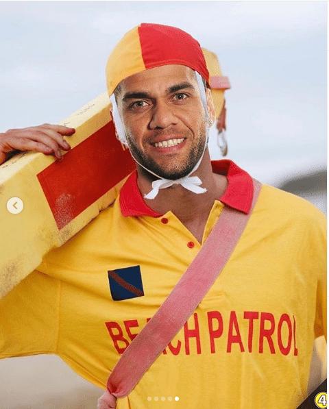 Dani Alves ''vira'' salva-vidas