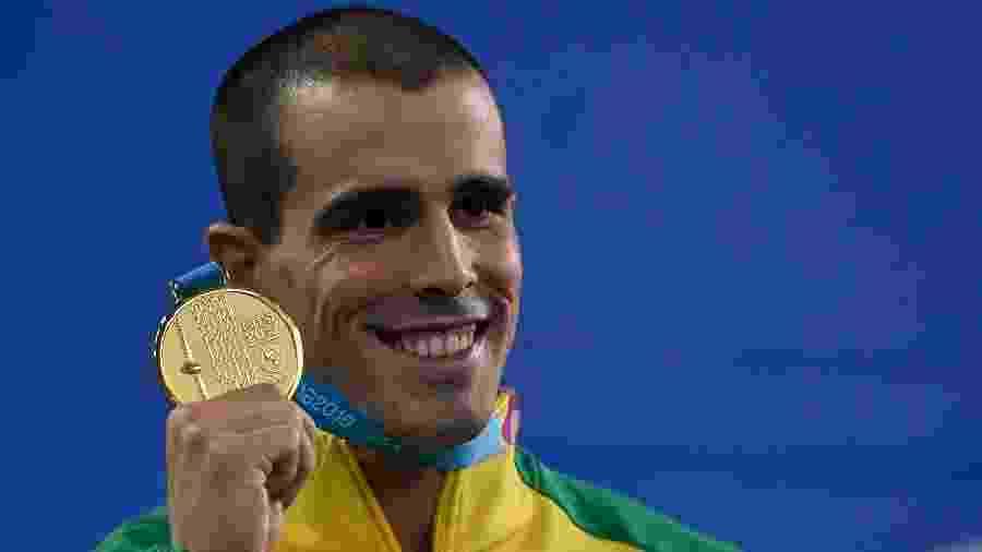 Bruno Fratus com a medalha dos 50m livre no Pan de Lima - Luis ROBAYO / AFP