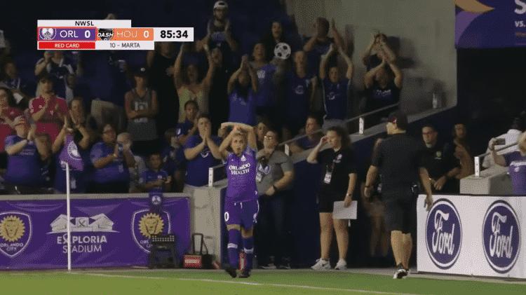 """Marta faz sinal de """"T"""" com os braços após ser expulsa contra o Houston Dash - reprodução/NWSL"""