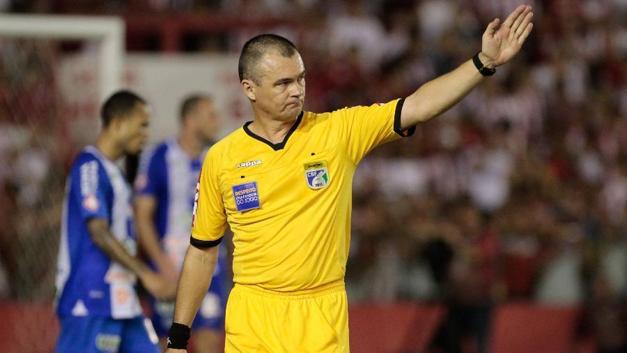 Árbitro Leandro Vuaden durante o jogo entre Náutico e Paysandu - Caio Falcao/AGIF
