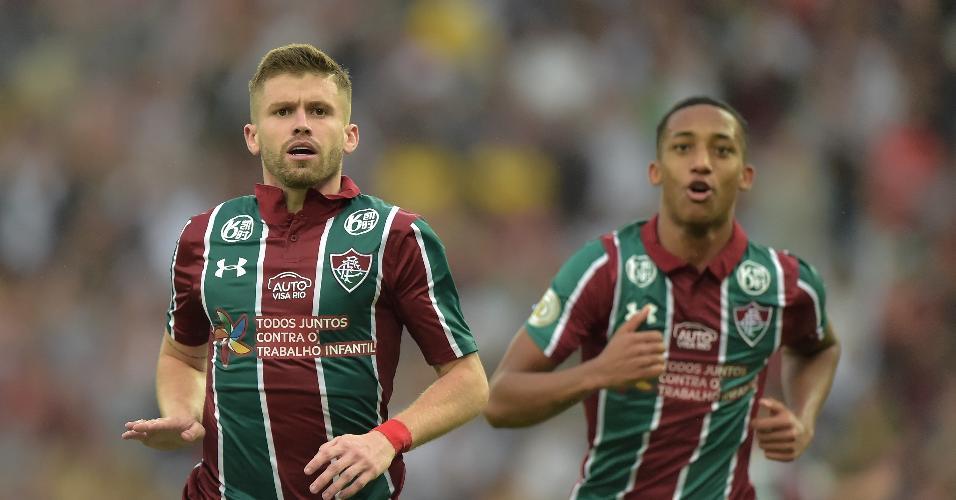 Caio Henrique, do Fluminense, comemora seu gol com João Pedro durante partida contra o Gremio pelo Campeonato Brasileiro