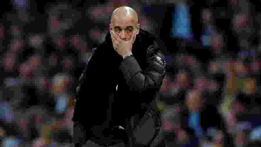 Pep Guardiola, técnico do Manchester City, se lamenta durante derrota para o Manchester United - REUTERS/Phil Noble