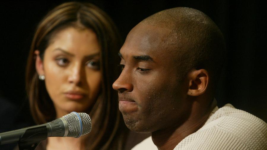 Kobe Bryant e a mulher, Vanessa, durante coletiva no Staples Center; ex-jogador morreu em acidente aéreo em 2020 - J. Emilio Flores/Getty Images
