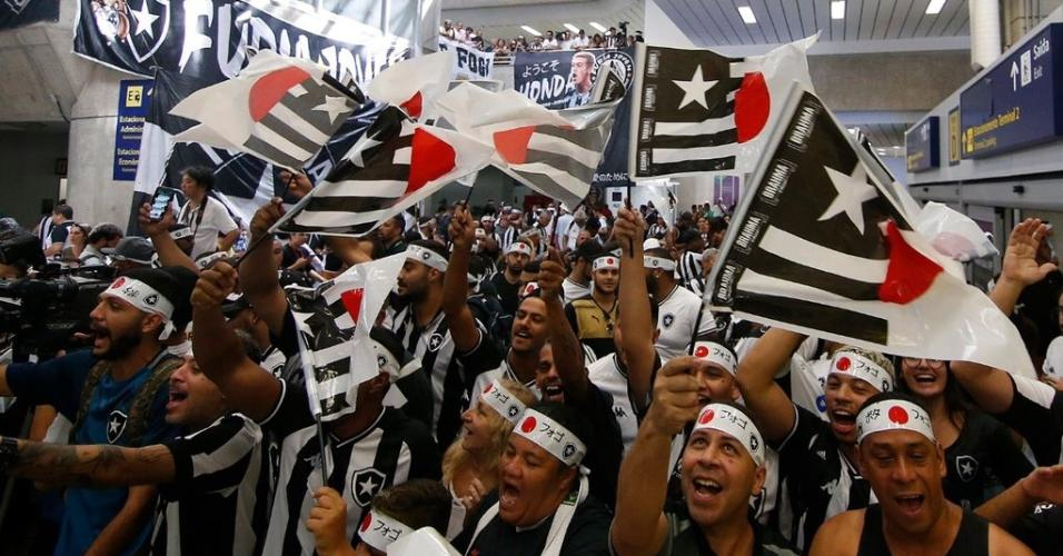 Torcedores do Botafogo comparecem ao aeroporto para receber Honda