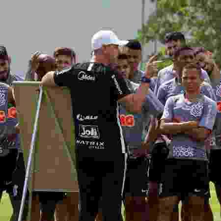 Tiago Nunes, técnico do Corinthians, passa instruções em treino - Agência Corinthians