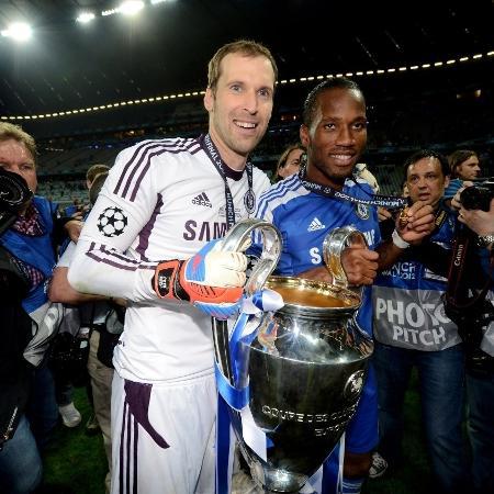 Cech e Drogba comemoram título da Liga dos Campeões de 2011/12 - Darren Walsh/Chelsea FC via Getty Images