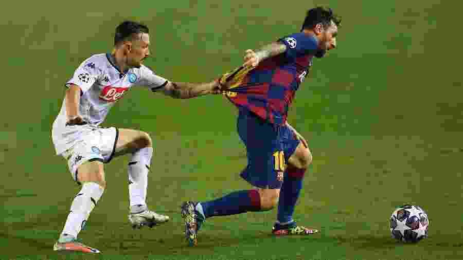 Mario Rui, jogador do Napoli, segura camisa de Messi, do Barcelona - David Ramos/Getty Images