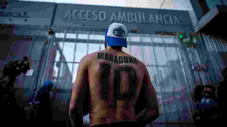 Torcedores fazem vigília em frente ao hospital em que Maradona foi operado - Juan Ignacio Roncoroni/EFE