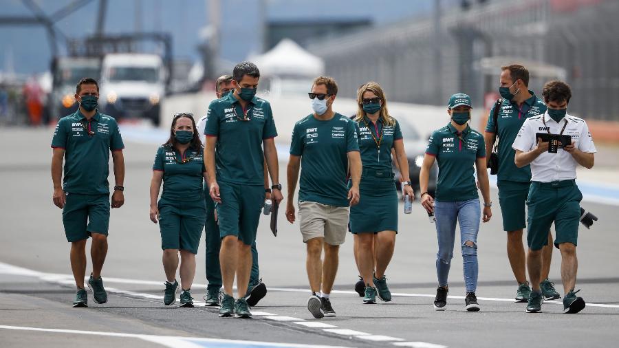 Integrantes da Aston Martin, com Vettel no meio, caminham pela pista de Paul Ricard na preparação para o GP da França  - Aston Martin