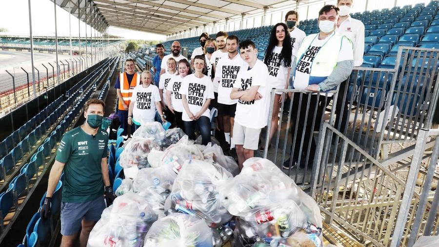 Sebastian Vettel ajudou a recolher lixo deixado por torcedores após a corrida de Silverstone - Divulgação