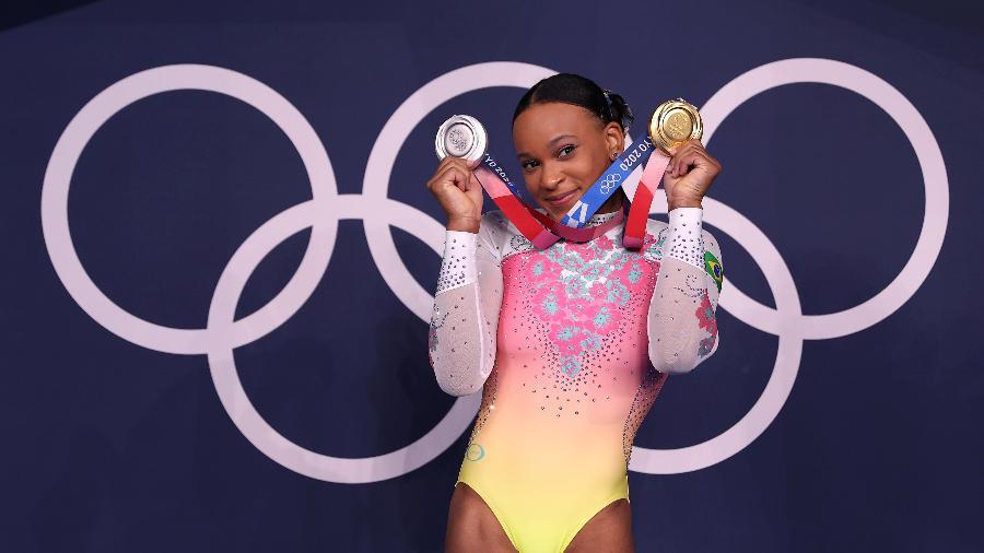Rebeca Andrade e suas duas medalhas dos Jogos Olímpicos de Tóquio: ouro no salto e prata no individual geral - Laurence Griffiths/Getty Images