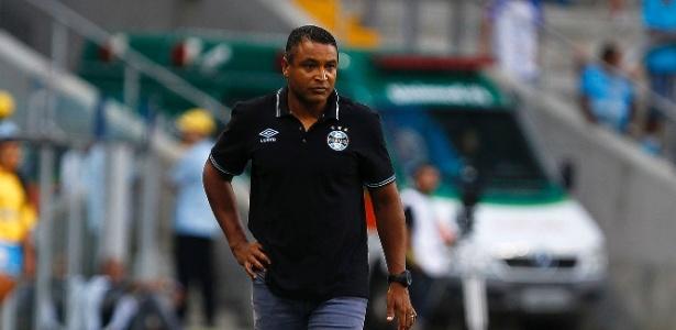 Roger Machado se diz atento aos erros da defesa do Grêmio após derrota