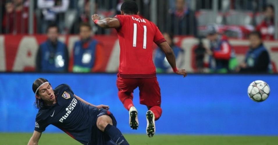Douglas Costa é desarmado por Filipe Luís em duelo de brasileiro no jogo Bayern de Muniique x Atlético de Madri