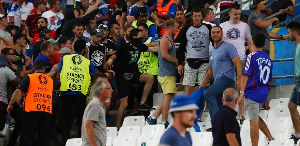 Briga na arquibancada em Marselha, durante jogo da Inglaterra contra a Rússia, pela Eurocopa