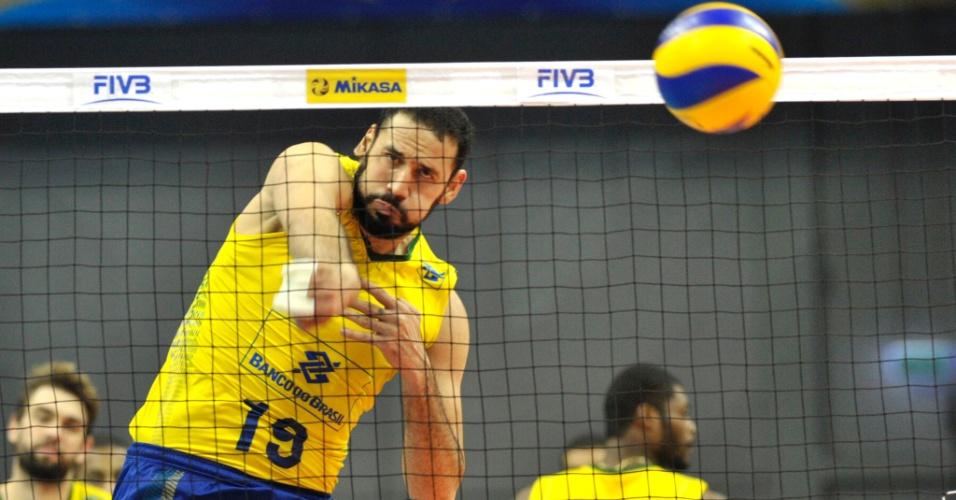 Maurício Borges em ação pela seleção brasileira de vôlei
