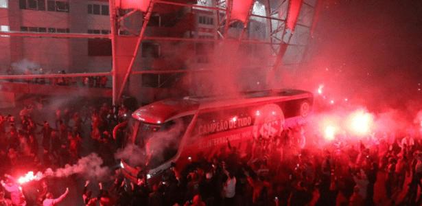 Torcida do Inter recepciona a delegação no pátio do Beira-Rio